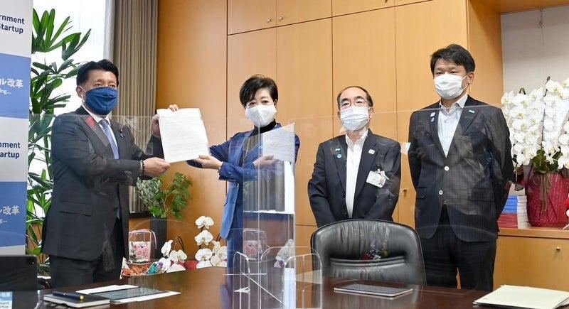 平井大臣に要望書を渡す小池知事